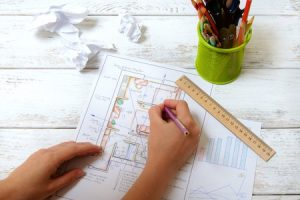 The woman draws a diagram of Feng Shui 1